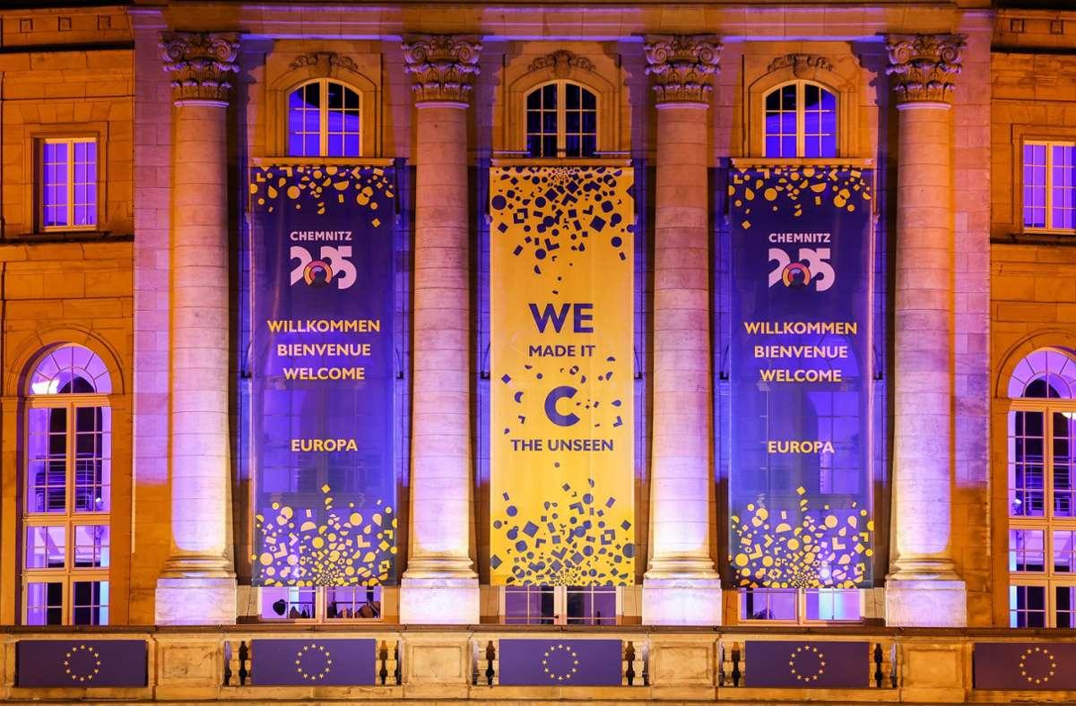 Das Opernhaus ist nach der Ernennung von Chemnitz zur Kulturhauptstadt 2025 mit Transparenten geschmückt. Foto: dpa/Jan Woitas
