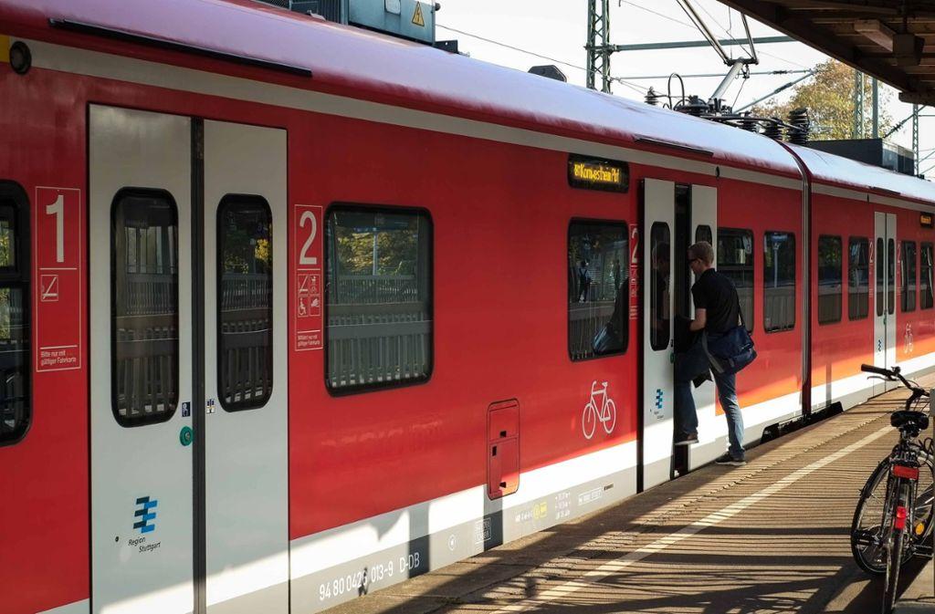 In der S-Bahn sollte die total betrunkene Frau kontrolliert werden (Symbolbild). Foto: Lichtgut/Max Kovalenko