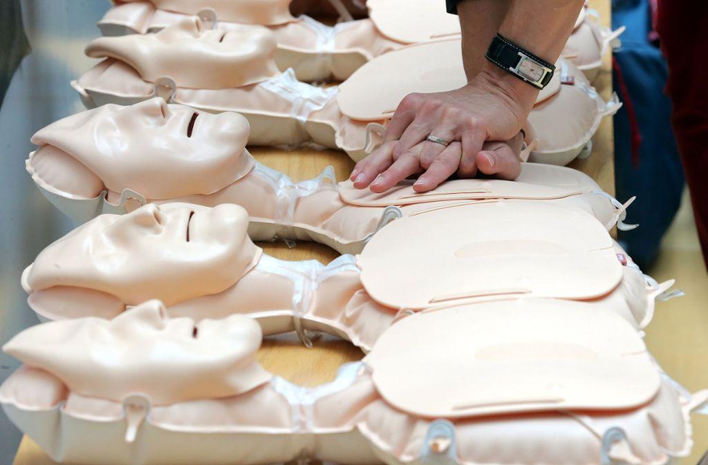 Jedes Jahr erleiden nach Angaben der Deutschen Herzstiftung rund 65.000 Menschen in Deutschland ein plötzliches Herzversagen - mehr als 60.000 sterben daran. Foto: dpa