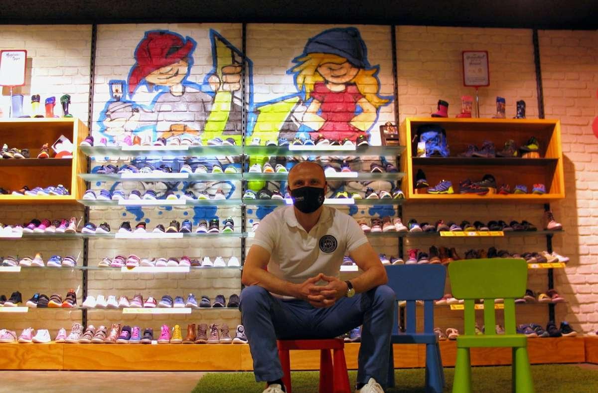 Markus Müller mit Mund-Nase-Schutz. Er sieht   den lokalen Handel aufgewertet. Foto: Susanne Müller-Baji