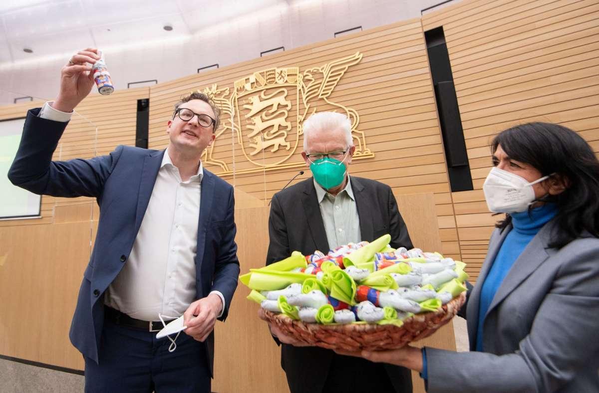 Winfried Kretschmann bekam  von Andreas Schwarz (l)  und Muhterem Aras  Schokohasen überreicht. Foto: dpa/Marijan Murat