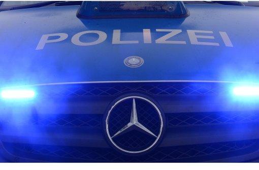 Beamte mit Schlägen und Ellenbogenstößen attackiert