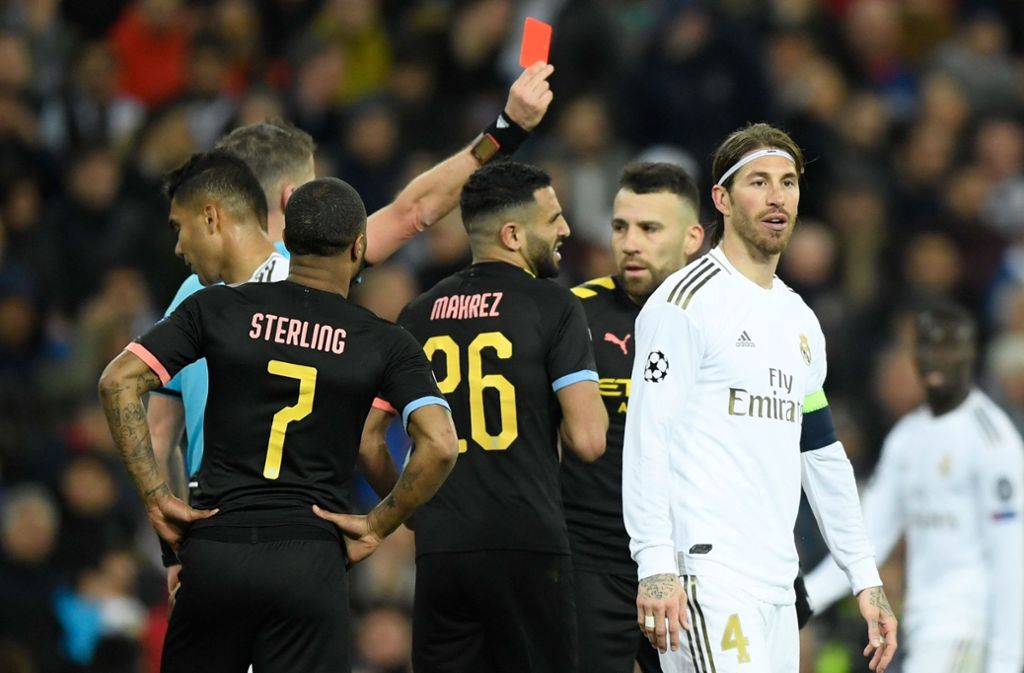 Sergio Ramos von Real Madrid sieht die rote Karte. Foto: AFP/OSCAR DEL POZO