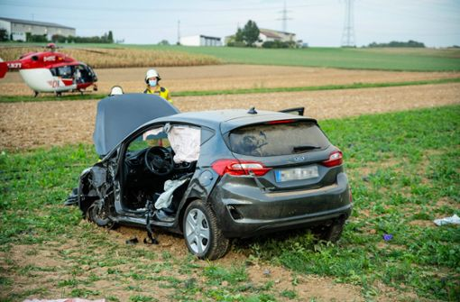Auto prallt gegen Lastwagen –  Fahrer eingeklemmt