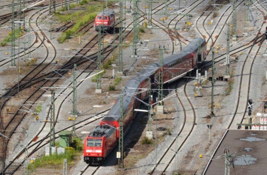 Wie steht es um die Sicherheit im Zugverkehr angesichts der Funklöcher im Notfallfunk? Verkehrsminister Hermann ist alarmiert. Foto: dpa