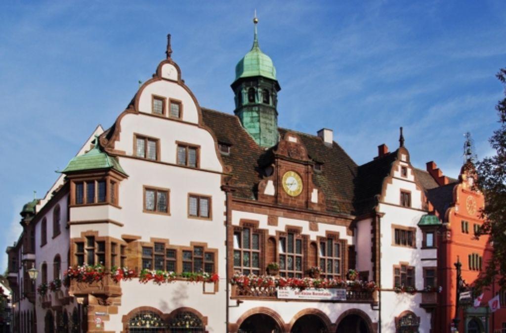 Das historische Rathaus in der Freiburger Innenstadt ist viel zu klein geworden. Foto: StZ
