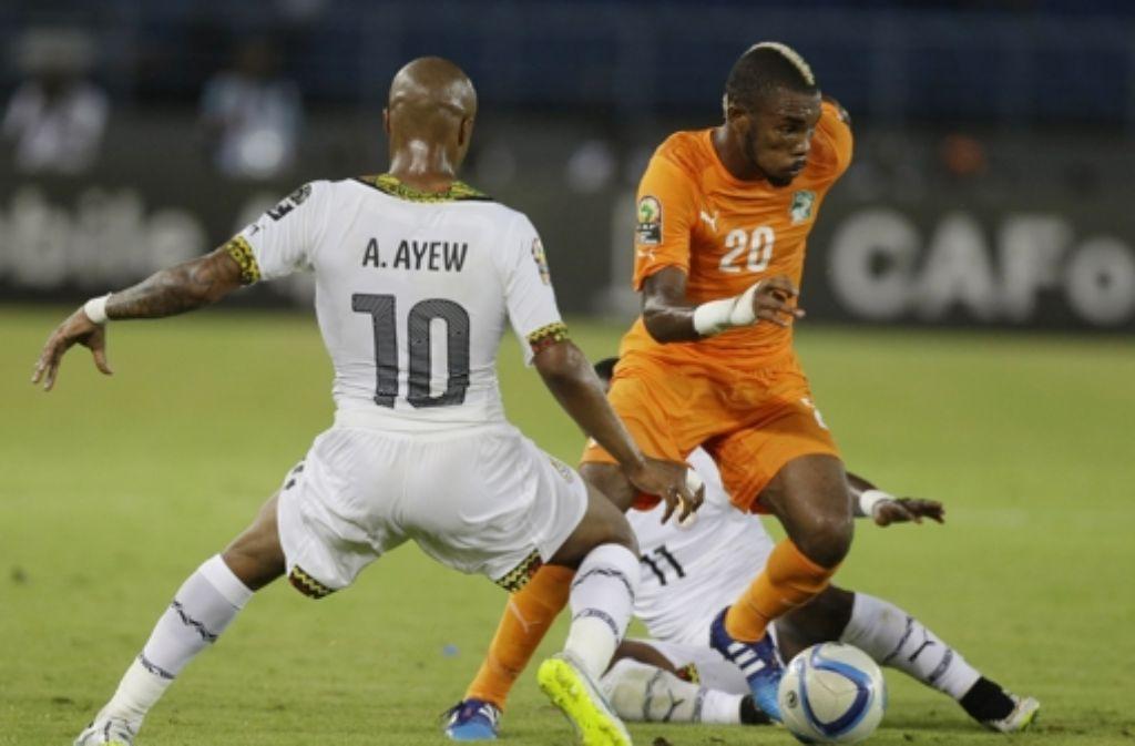 Kämpfer mit Irokesenschnitt: Geoffroy Serey Die (rechts) spielt den Ghanaer Andrew Ayew aus und wird mit der Elfenbeinküste Afrikameister. Foto: AP