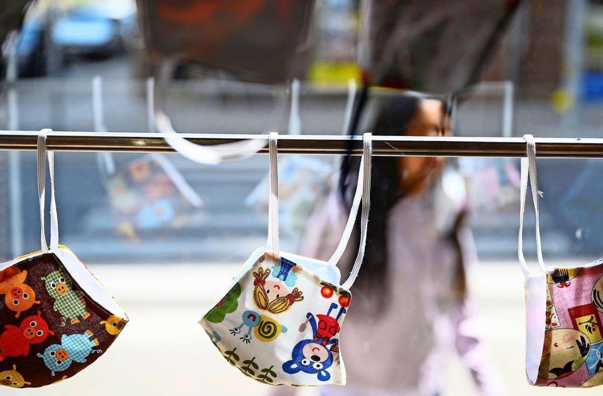 Die Maskenpflicht gilt vor allem in geschlossenen Räumen, aber zum Beispiel auch an Haltestellen. Foto: dpa/Sebastian Gollnow