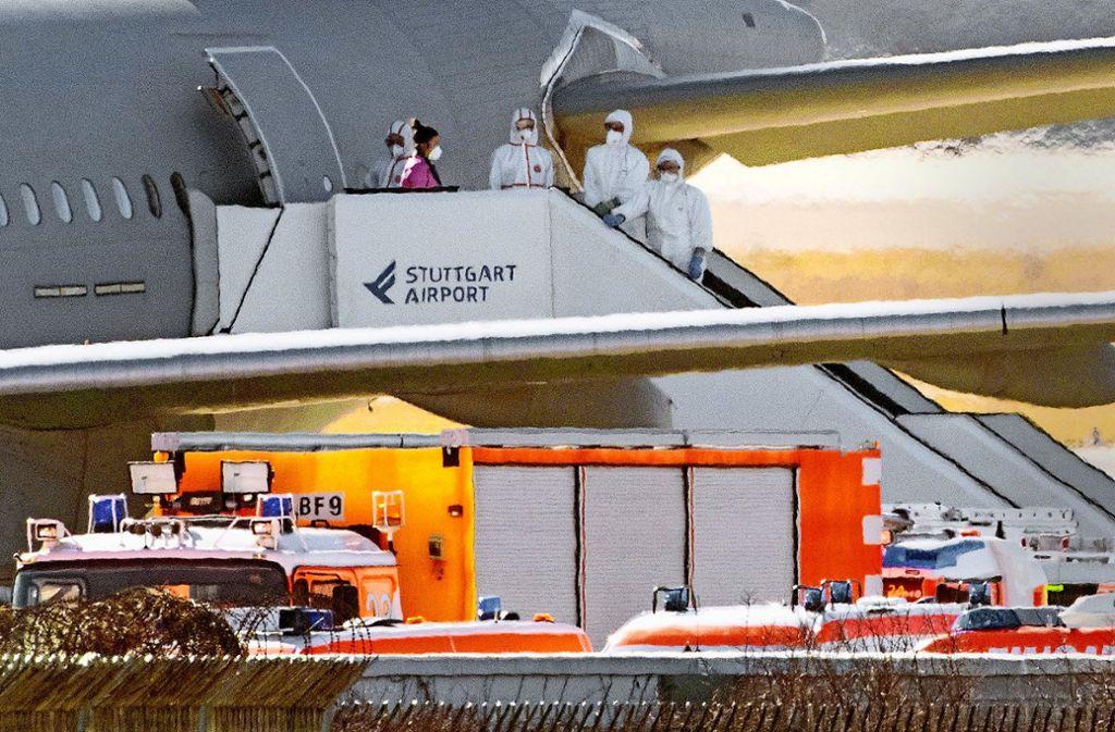 Besonderer Einsatz am Stuttgarter Flughafen: Passagiere aus dem Airbus 310  wurden von Ärzten und dem DRK in Empfang genommen und betreut. Foto: dpa/Sebastian Gollnow