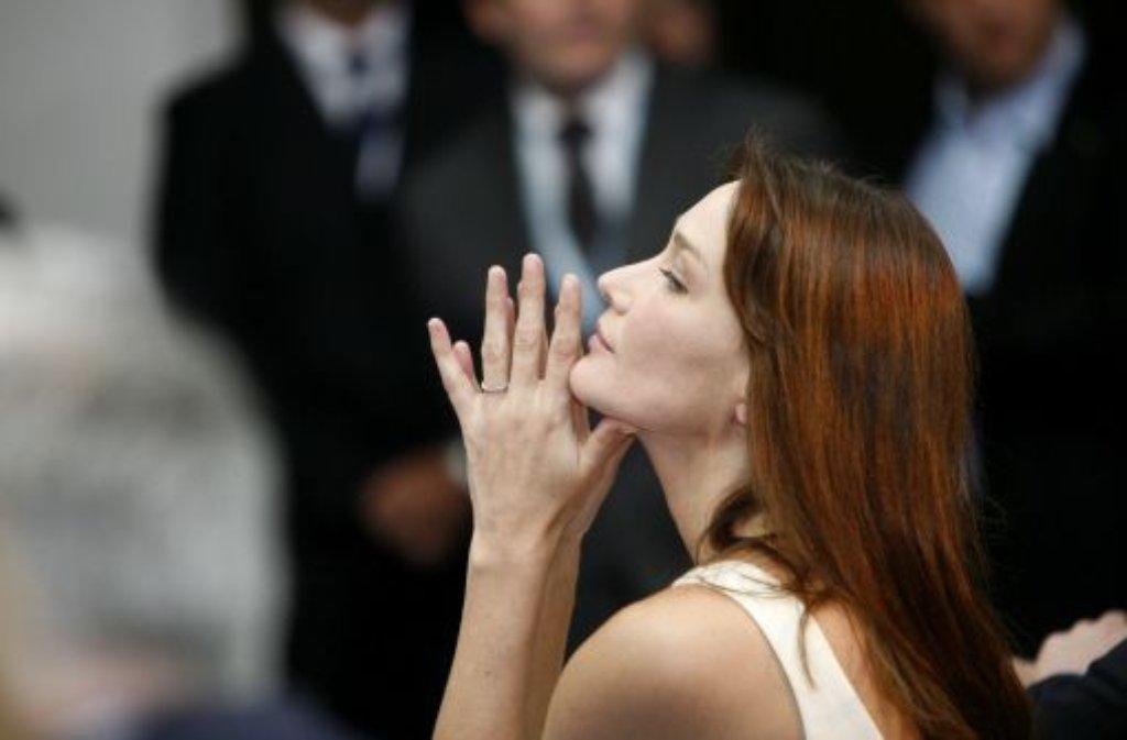 """Carla Bruni (45) ist nach mehr als vierjähriger Pause zurück im Musikgeschäft. Die Frau des früheren französischen Präsidenten Nicolas Sarkozy veröffentlichte am Montag die erste Single ihres am 1. April erscheinenden Albums """"Little French Songs"""". Der schwungvolle ...  Foto: dpa"""