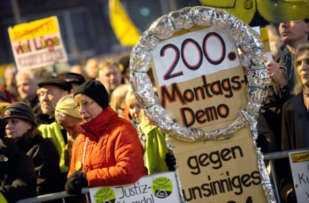 Tausende Gegner von Stuttgart 21 demonstrieren auf der 200. Auflage der Montagsdemo. Weitere Bilder sehen Sie in unserer Bildergalerie. Foto: dpa