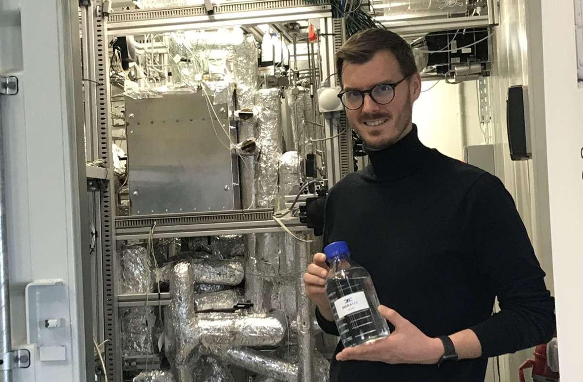 Ineratec-Geschäftsführer Tim Böltken vor einer Demonstrationsanlage zur E-Fuel-Herstellung in Karlsruhe Foto: