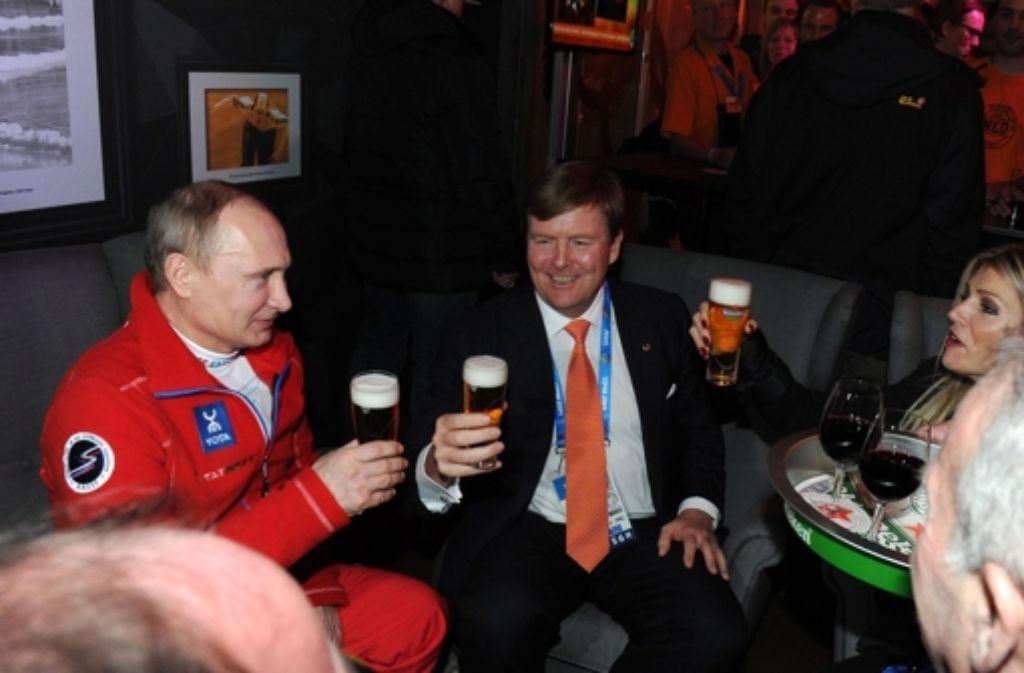 Auf die Erfolge der niederländischen Sportler stoßen König Willem-Alexander und Königin Máxima mit dem russischen Präsidenten Wladimir Putin an. Foto: dpa