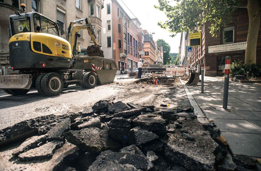 Der Asphalt entlang des Bürgersteigs wurde aufgebohrt und die Erde ausgehoben, um an das defekte Rohr zu gelangen. Foto: Lichtgut/Max Kovalenko