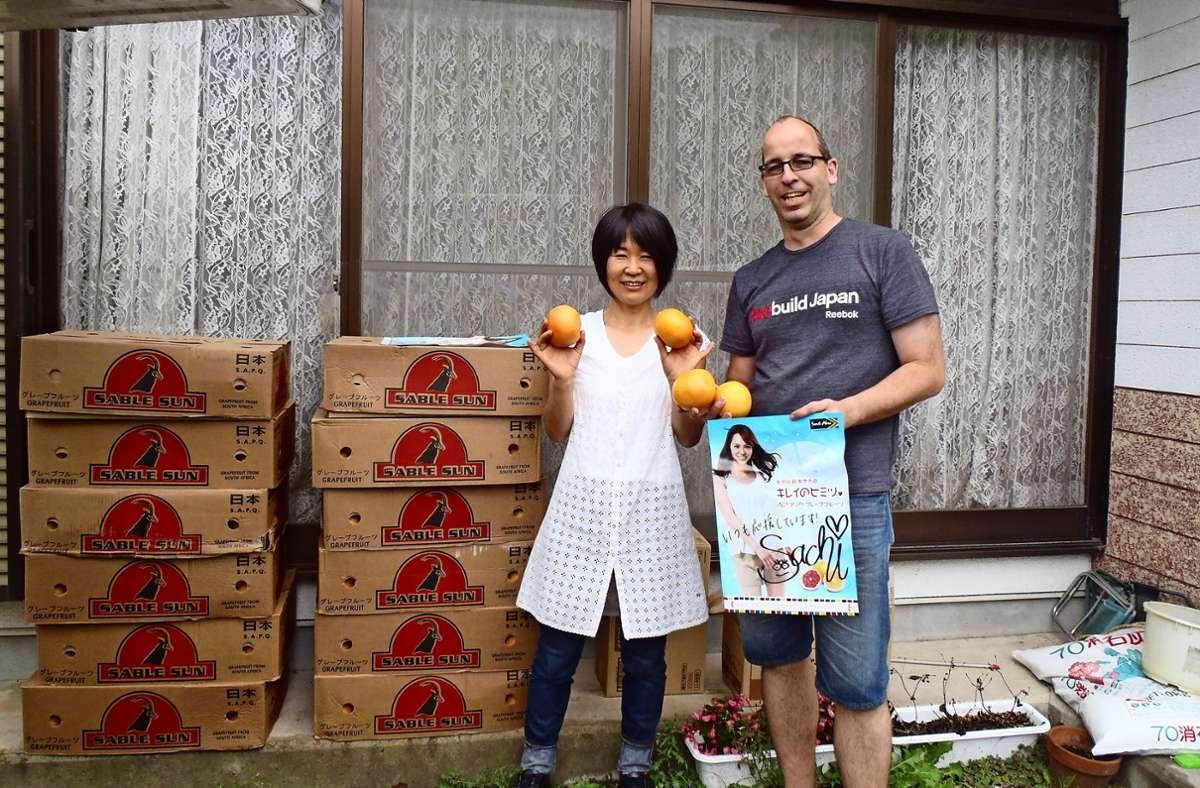 Wolfgang Bierer 2011 im japanischen Minamisanriku beim Verteilen von Orangen. Foto: