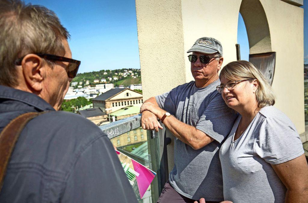Standort mit Übersicht: Wissenswertes über seine Heimatstadt berichtet Volker Karcher (links) den  weit gereisten Gäste Peter und Kaye Francis aus Australien auf dem Turm der Musikhochschule. Foto: