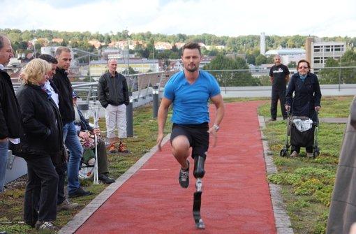 Heinrich Popow demonstriert seine Laufprothese auf dem Dach des Hauses der Gesundheit in Feuerbach. Foto: Daniel Gläßer