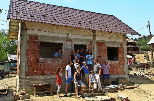 Jugendliche helfen Familie in Rumänien