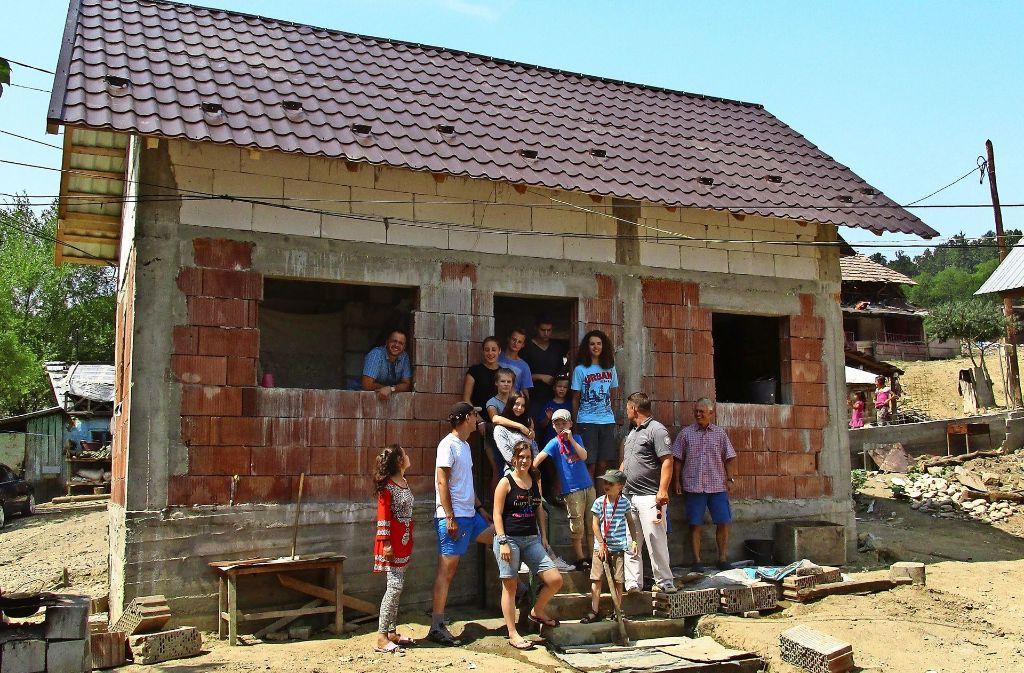 Der Rohbau stand bereits, die Schüler von der FES bauten das Dach und halfen so einer rumänischen Familie. Das Bild rechts zeigt die Lebensumstände in dem Roma-Dorf. Foto: privat