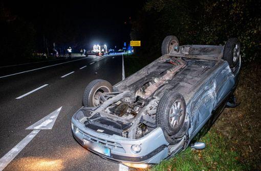 Auto überschlägt sich nach Kollision mehrfach