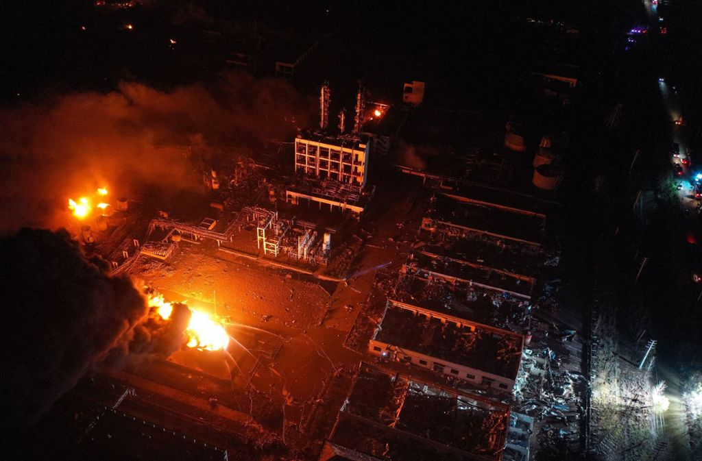 Brand wütet in einem Industriepark. Bei einer Explosion in dem Chemiepark in Ostchina sind mehrere Menschen ums Leben gekommen. Die Explosion wurde wohl durch ein Feuer in einer Düngemittelfabrik ausgelöst. Foto: Xinhua/dpa