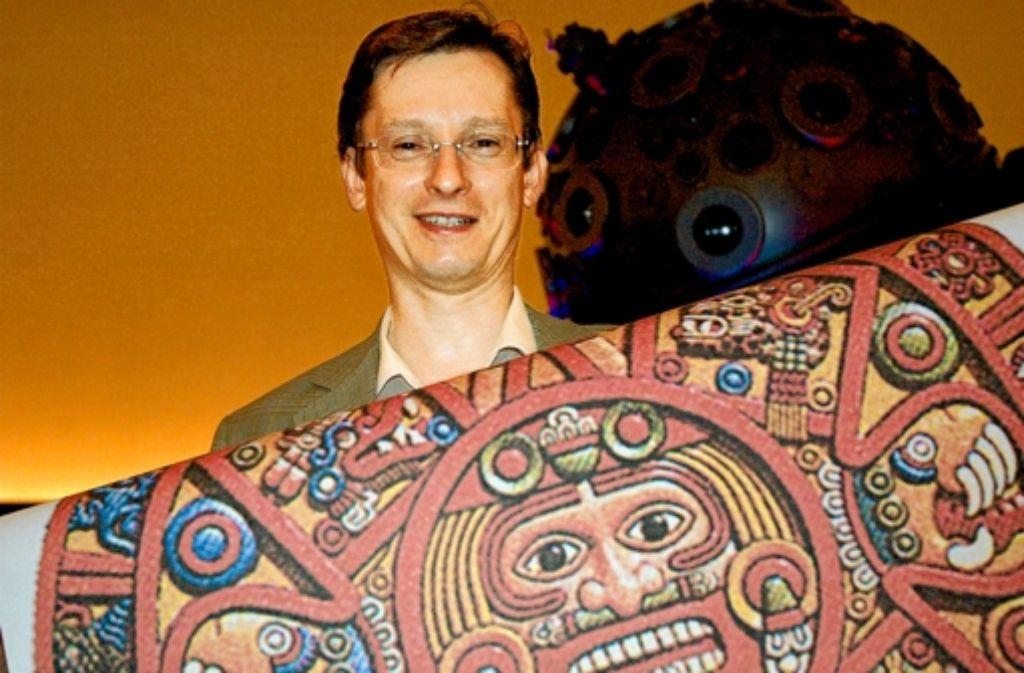 Uwe Lemmer, der Direktor des Planetariums, zeigt einen von mehreren Kalendern der Foto: Georg Linsenmann