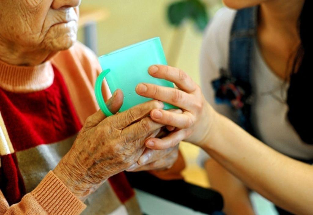 In der häuslichen Pflege sind viele ohne ein reguläres Arbeitsverhältnis beschäftigt. Foto: dpa