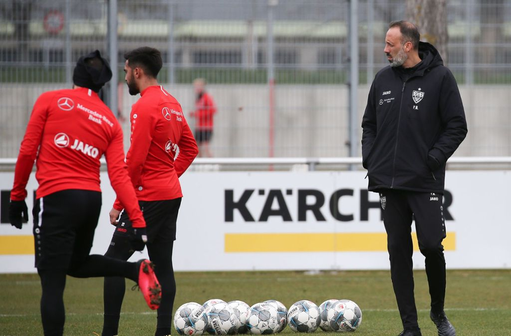Es wird noch dauern, bis der VfB-Trainer Pellegrino Matarazzo (re.) seine Spieler wieder als gesamte Gruppe auf dem Rasen begrüßen darf. Foto: Baumann
