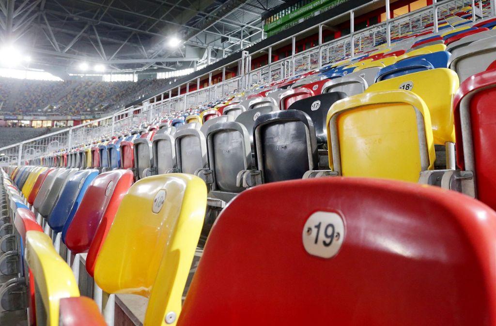 Das Düsseldorfer Fußballstadion ist leer. Weder Spieler noch Zuschauer halten sich aufgrund des Coronavirus in Stadien auf. (Archivbild) Foto: dpa/David Young
