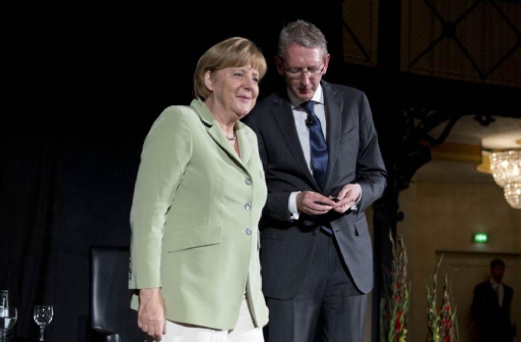 Angela Merkel im Gespräch mit Joachim Dorfs. Sie war auf Einladung der Stuttgarter Zeitung zu Gast in der Stuttgarter Reithalle und stellte sich den Fragen des Chefredakteurs und der Gäste. Foto: Martin Stollberg