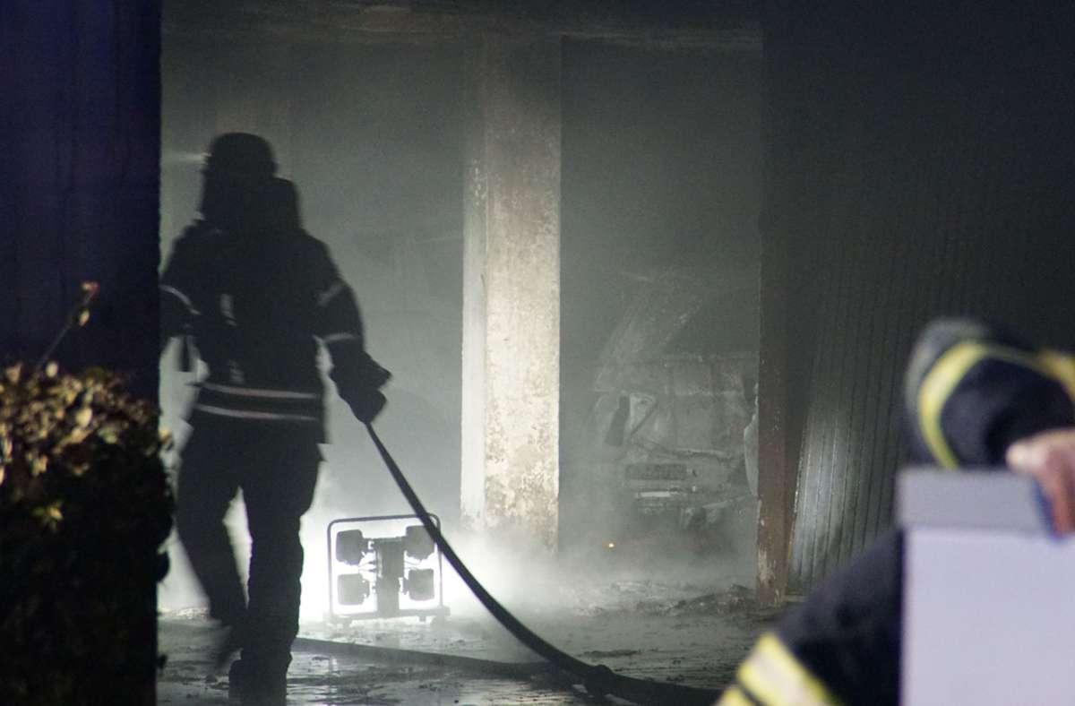 Drei Autos sind bei einem Brand in einer Tiefgarage in Pforzheim zerstört worden. Foto: SDMG/SDMG / Gress