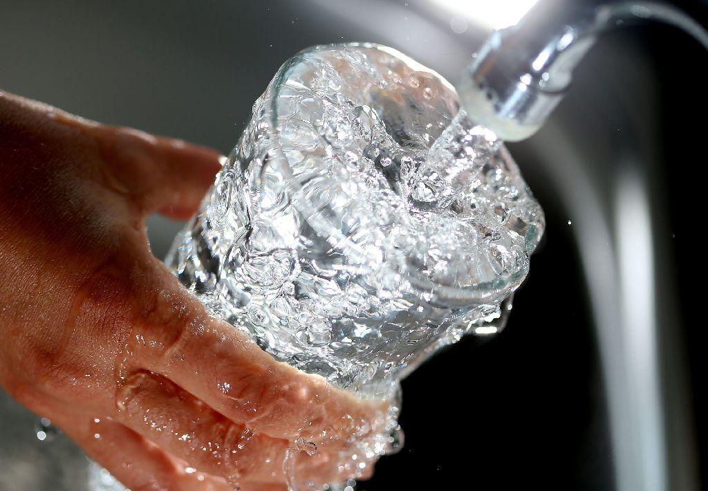 Im Durchschnitt aller Kommunen in Baden-Württemberg zahlte 2013 eine vierköpfige Familie, die 150 Kubikmeter Wasser benötigt, exakt 335,10 Euro im Jahr – eine Stuttgarter Familie dagegen 434,82 Euro (ohne Abwasser).  Foto: dpa
