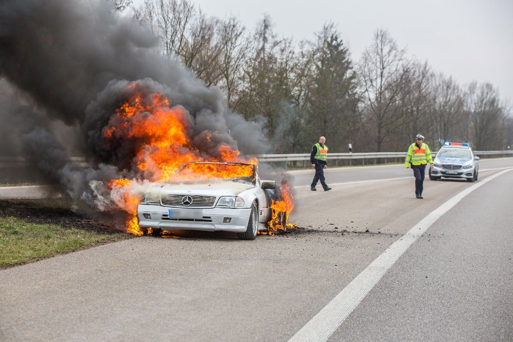 Totalschaden in Höhe von rund 30.000 Euro sind am Freitag beim Brand eines Mercedes SL bei Schwaikheim entstanden. Foto: www.7aktuell.de   Simon Adomat