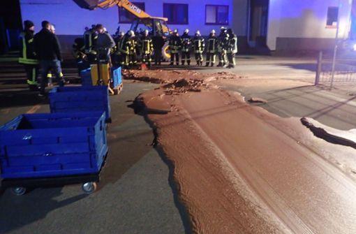 Feuerwehr muss dicke Schokoladenschicht von Straße beseitigen