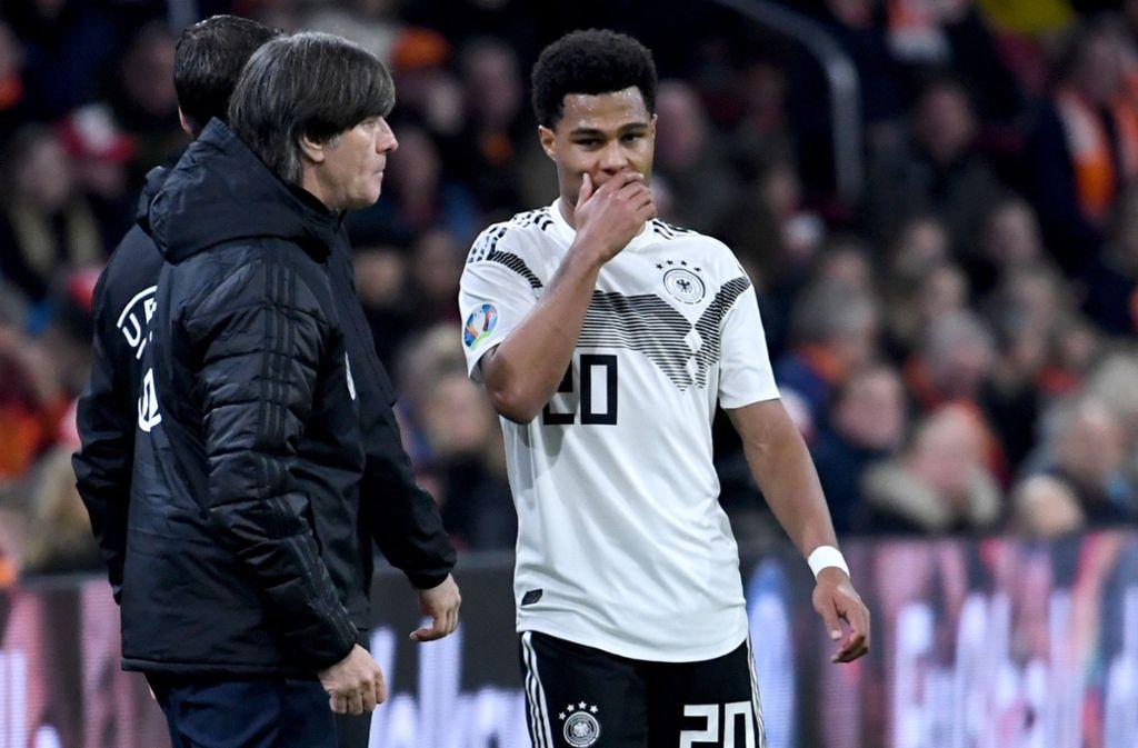 Serge Gnabry (rechts) mit Bundestrainer Joachim Löw: Der 24-Jährige wurde in Stuttgart geboren und kam mit zehn Jahren zum VfB. Foto: dpa