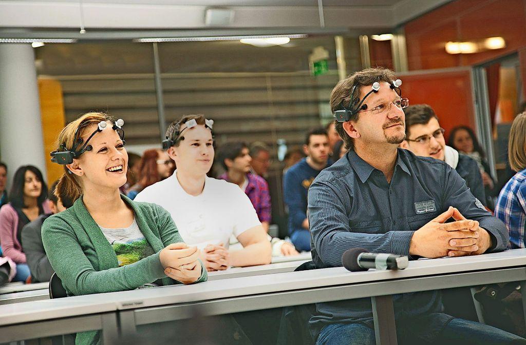Studierende an der SRH Hochschule Heidelberg lassen ihre Gehirnwellen messen. Die Hochschule muss um ihre staatlichen Zuschüsse bangen. Foto: Jack Kulcke/SRH Holding