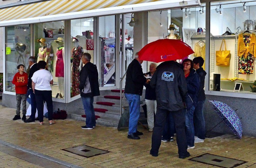 Regenschutz ist bei der Langen Einkaufsnacht in Renningen angesagt. Foto: Regine Brinkmann