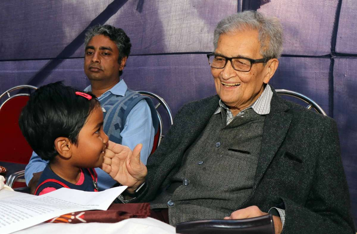 Amartya Sen (re.), hier bei einem Auftritt 2019 in Indien,  gilt als das Gewissen der Ökonomie. Foto: imago images/Pacific Press Agency/Subhashis Basu via www.imago-images.de