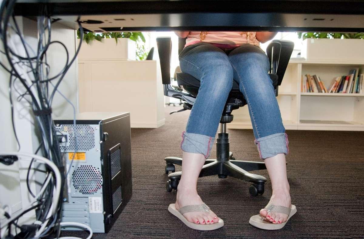Wie halten es die Beschäftigten mit dem Sommer-Dresscode? (Symbolbild) Foto: dpa/Andrea Warnecke