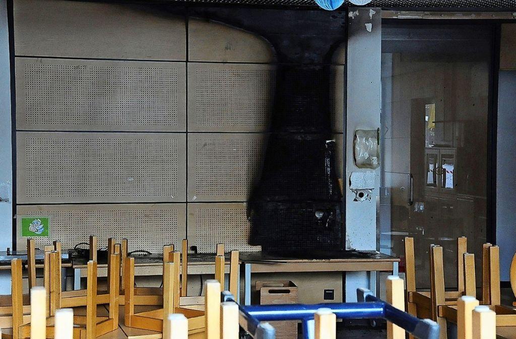 Aufgrund der Holzvertäfelung konnten sich die Flammen schnell ausbreiten. Foto: Georg Linsenmann