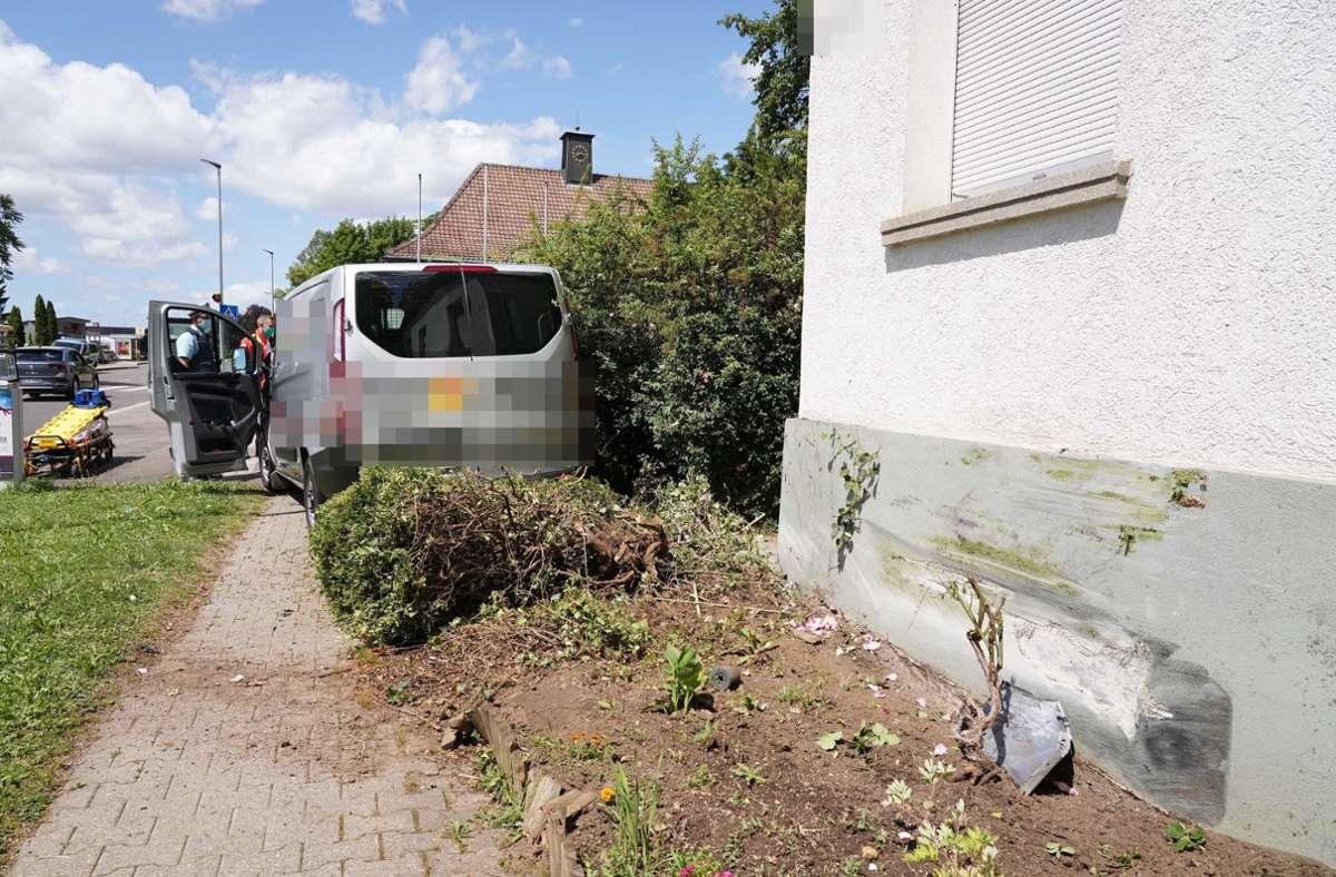 Der Wagen prallte nach dem Ausweichmanöver gegen die Hauswand. Foto: Andreas Rosar Fotoagentur-Stuttgart