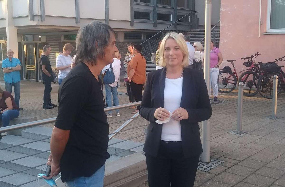 Warten aufs Wahlergebnis: Astrid Loff mit ihrem Partner vor dem Rathaus. Foto: /Sascha Schmierer
