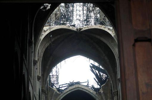 Die Ansicht der Kirche vor und nach dem Brand