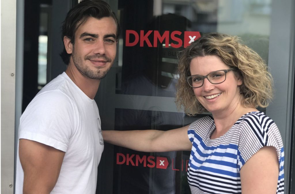 """Schauspieler Florian Wünsche, der in der ZDF-Serie  """"Soko Stuttgart"""" den Rechtsmediziner spielt, mit   Simone Henrich von der DKMS-Zentrale in  Tübingen. Foto: DKMS"""