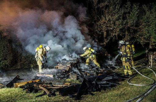 Brand eines großen Holzstapels  in Esslingen