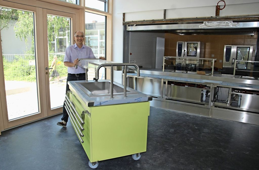 Rektor Andreas Passauer freut sich bereits über die neue großzügige Mensa mit ihrer kompletten Ausstattung. Foto: Mathias Kuhn