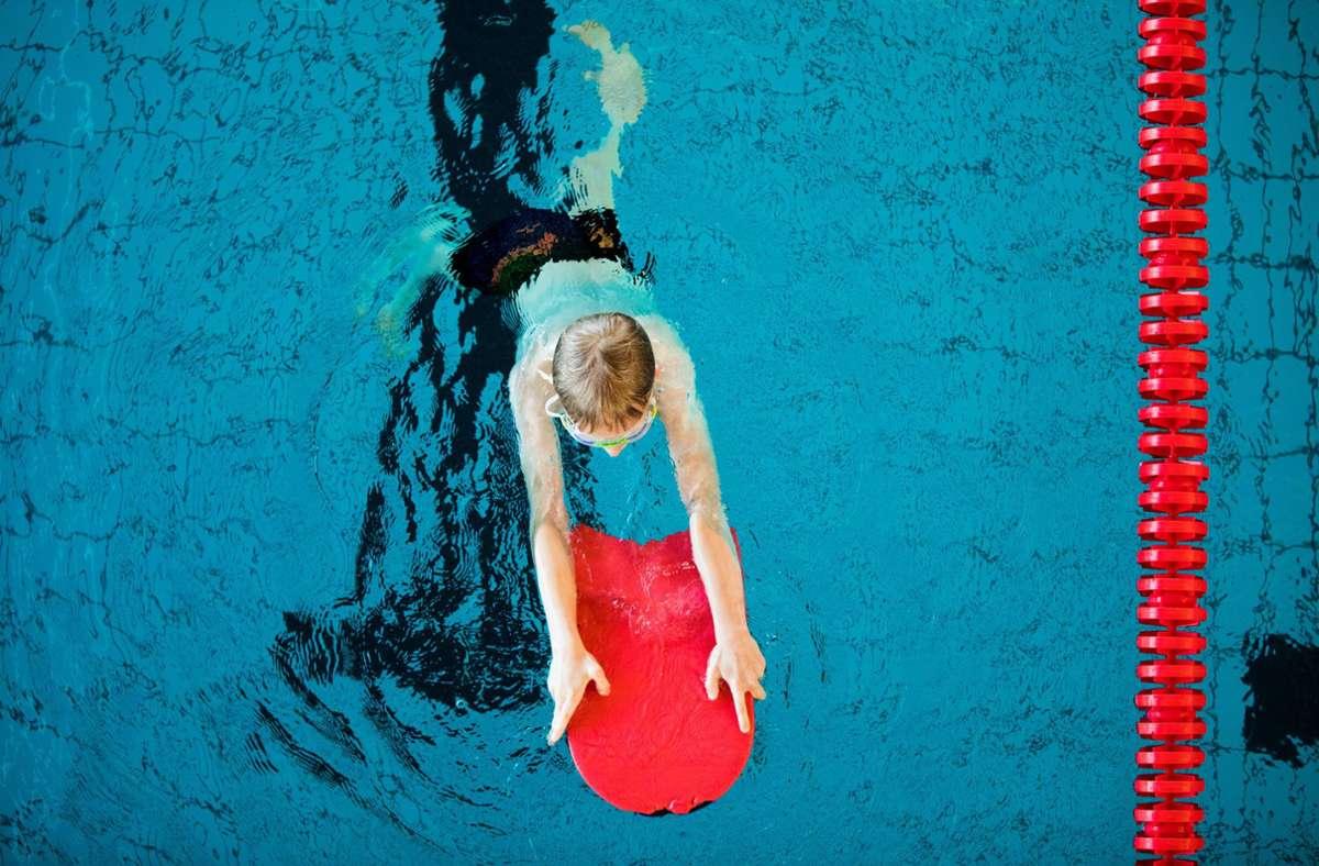 In Coronazeiten keine Selbstverständlichkeit: Schwimmunterricht für Schüler. (Symbolbild) Foto: dpa/Rolf Vennenbernd
