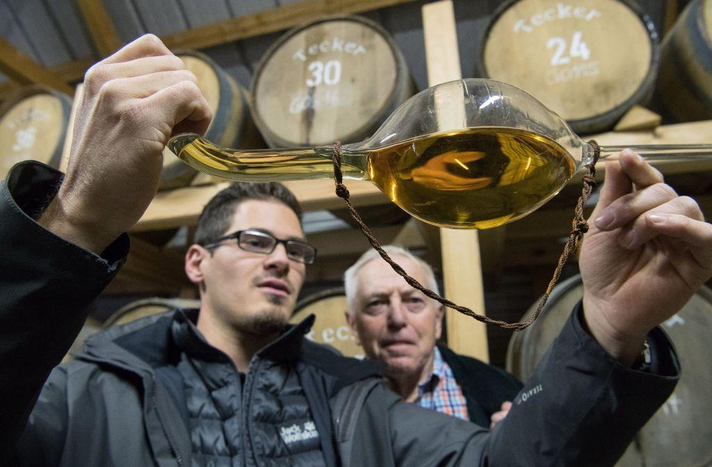 Senior Christian Gruel gehörte vor drei Jahrzehnten zu den Mitbegründern der deutschen Whisky-Szene, sein Enkel Immanuel führt die Tradition im Familienbetrieb fort. Foto: dpa