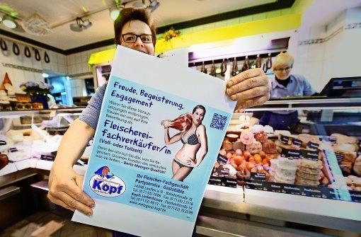 Metzgerin zeigt Fleisch  bei der Mitarbeitersuche
