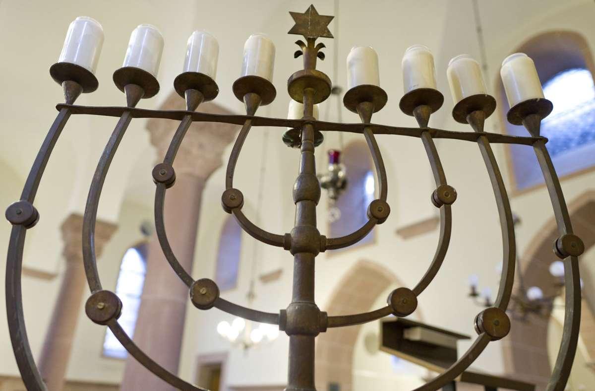 Bald Weltkulturerbe? Unser Foto zeigt den Chanukka-Leuchter in der Synagoge in Worms. Foto: dpa/Uwe Anspach